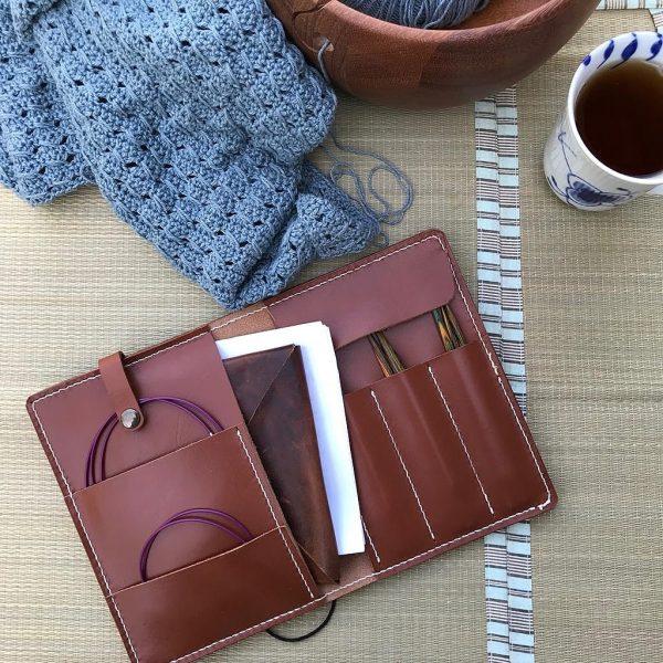 Strikkepinde-etui, strikkepindeetui, etui til strikkepinde, strikkepindeetui i læder, læderetui til strikkepinde, etui til hæklenåle