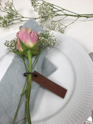 Bordkort, læder bordkort, bryllup, borddækning, nøglering, gave til gæsten, kernelæder bordkort, personlig borddækning, bryllup, rund fødselsdag, konfirmation