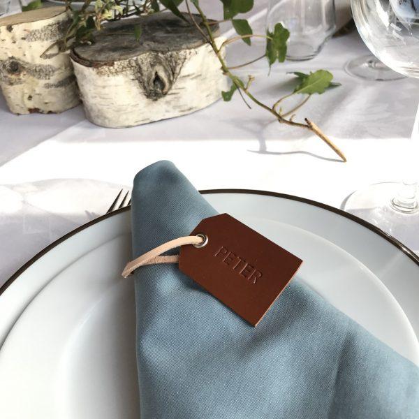 Bordkort i læder, gavemærke i læder, gavemærke, tag, læder tag, borddækning, gavepynt, personlig gave, gaveidé, bryllup, konfirmation, stor fest, kobberbryllup, sølvbryllup, fest, studenterfest, tablesetting, place cards