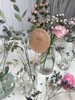 Bordnummer, bordnummer i læder, borddækning, bryllup, konfirmation, fødselsdag, pynt til fest, festpynt,