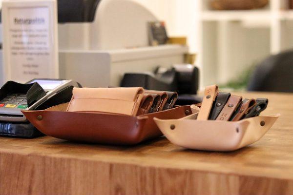 læderbakke, lille læderbakke,. læderskål, bakke til skrivebord, skål til skrivebord, skål til nøgler, bakke til nøgler, bakke til entre, bakke til håraccessories, opbevaring til smykker, opbevaring til håraccessories, bakke med navn, skål med navn, bakke i kernelæder, skål i kernelæder