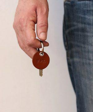 Lille læder nøglering, Lille nøglering, nøglering far, lædernøglering far, læder nørglering far, gave til far, gave fra børn