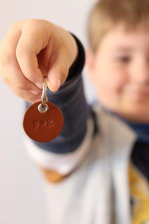 Rund læder nøglering, Lille nøglering, nøglering far, lædernøglering far, læder nørglering far, gave til far, gave fra børn, gave til mor, gaveide til mor, gaveide mor, læder nøglering mor, nøglering mor